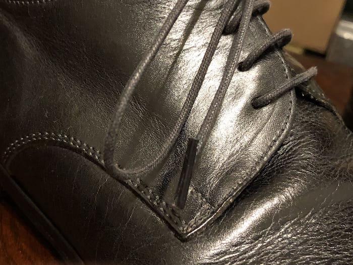 擦り切れた靴ひも