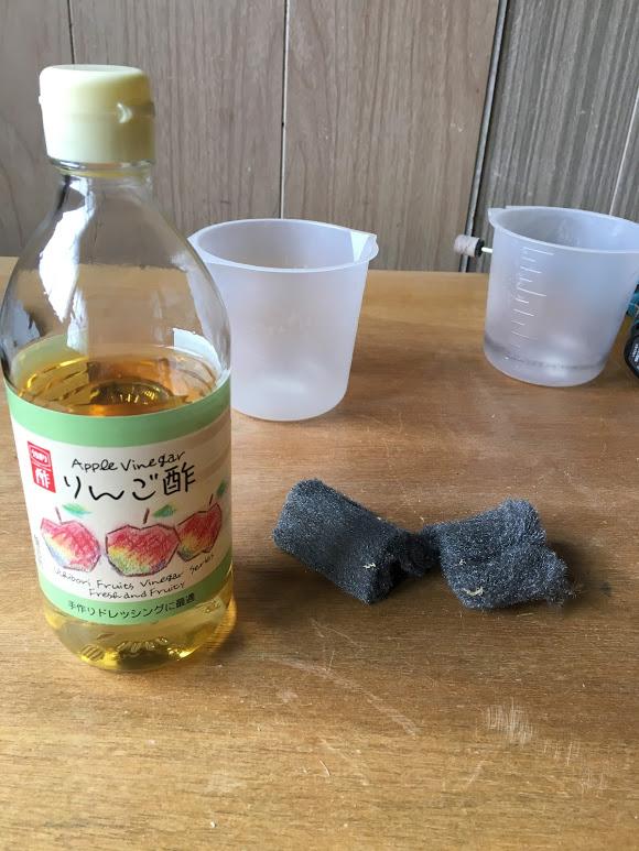 リンゴ酢とスチールウールとカップ