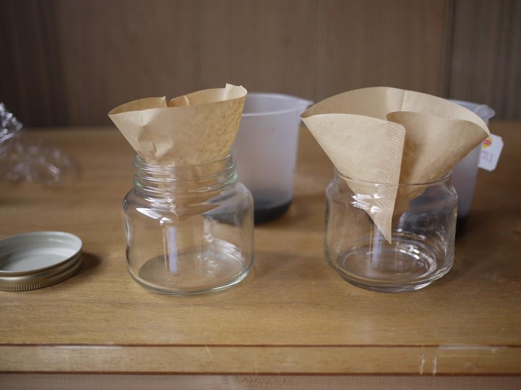 容器にコーヒーフィルターをかませる