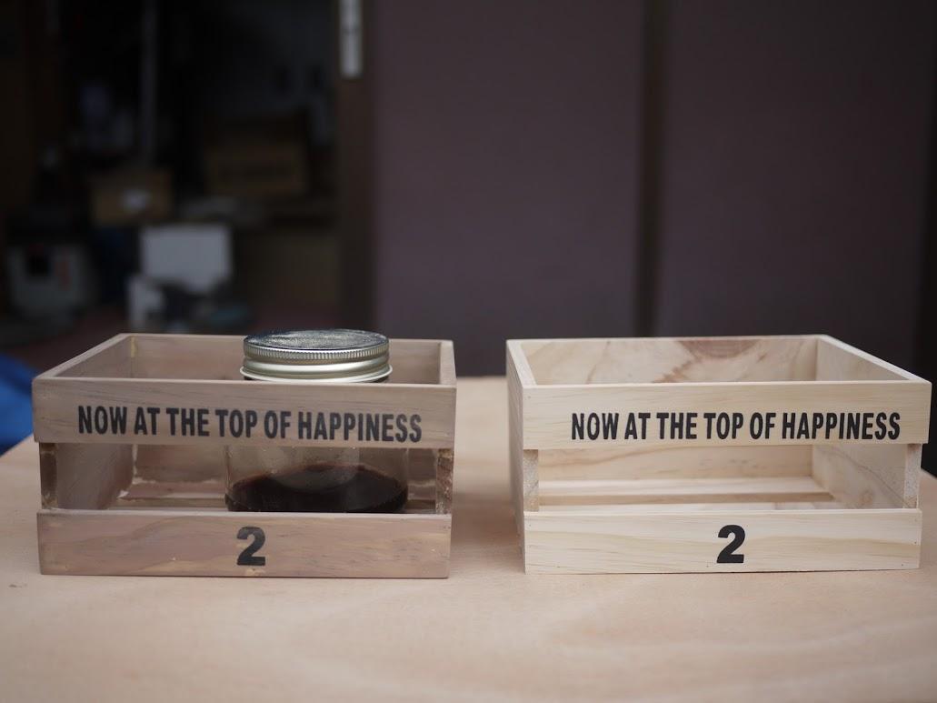 鉄媒染液を塗った箱と無塗装の箱