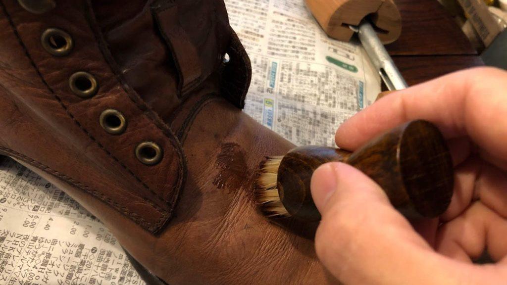 クリームを革靴に塗りこむ