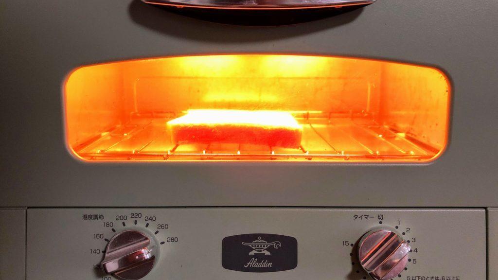 トースターに入ったパン