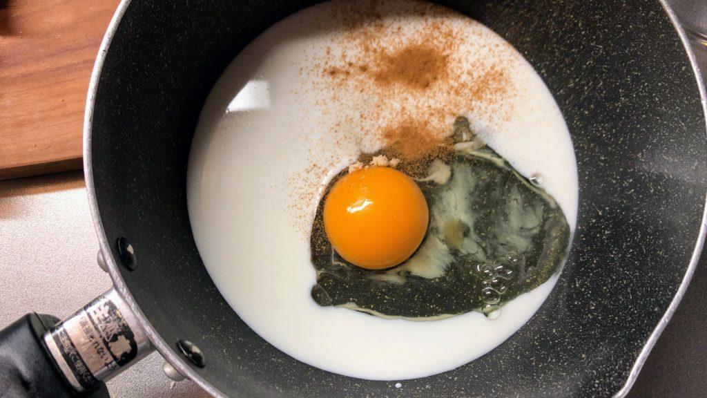鍋に入った卵、牛乳、砂糖
