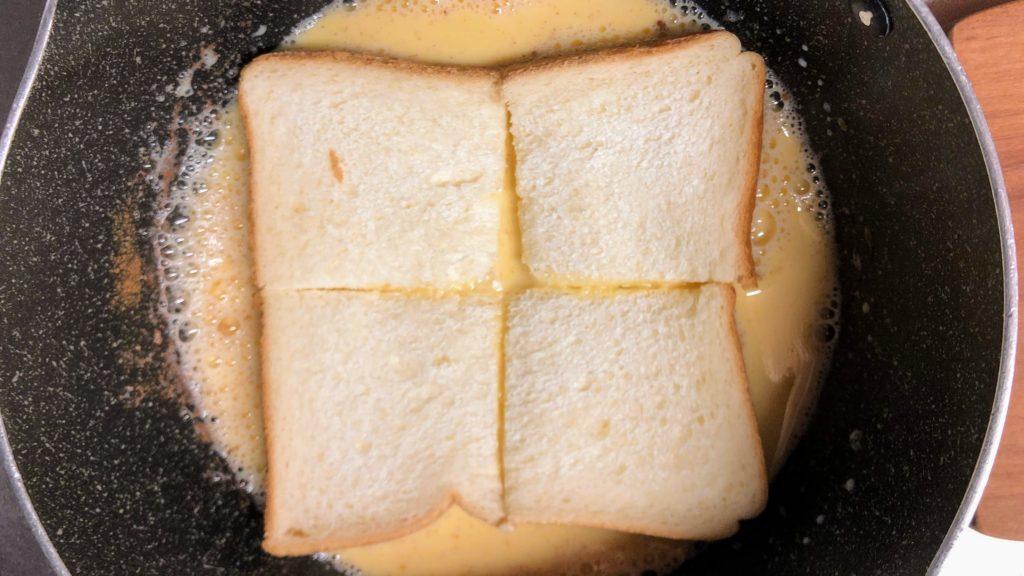 卵液に食パンを浸す