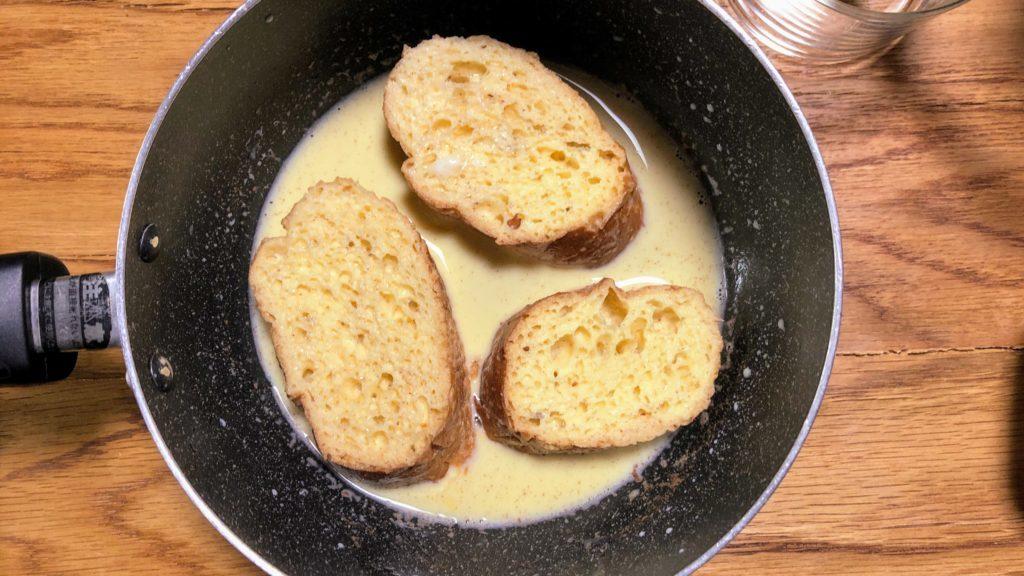 フランスパンを卵液にひたす