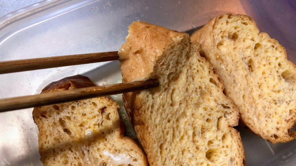 たっぷり卵液を吸収したフランスパン