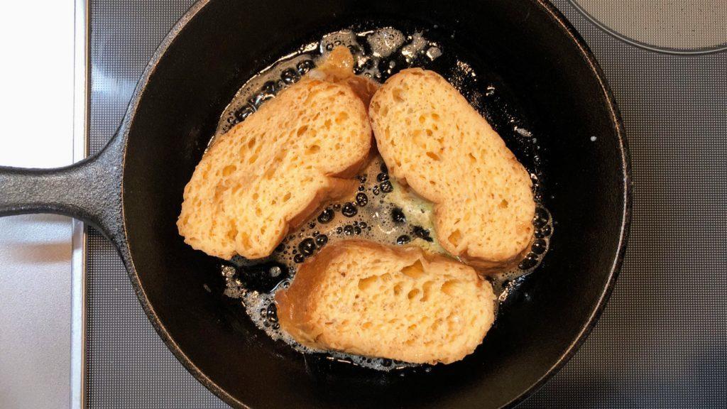 フライパンにパンを並べる
