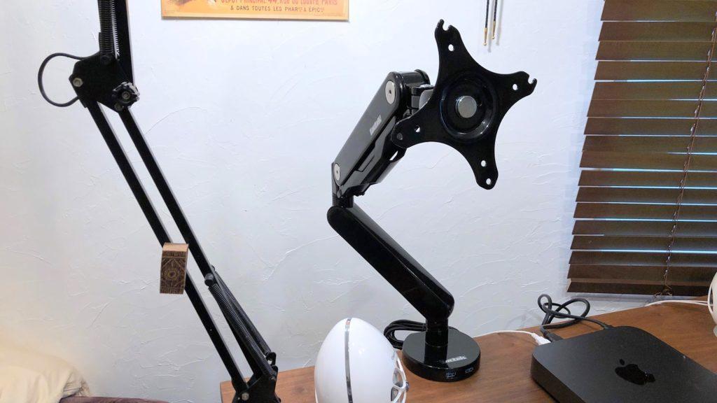 机に固定したモニターアーム