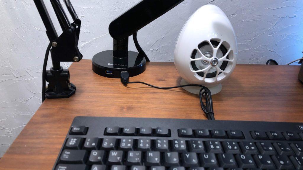 モニターアーム土台に繋いだキーボード