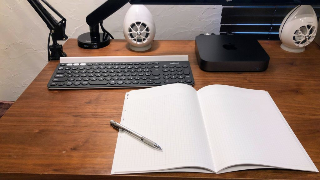 デスクの上に広げたノート