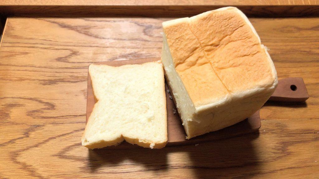 乃が美の高級生食パンをスライス