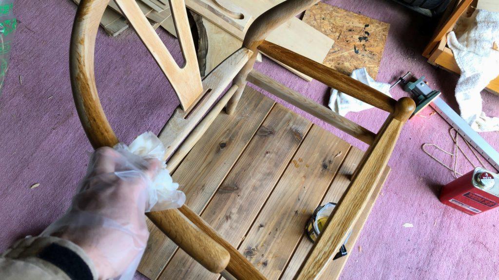 オイルを塗る椅子