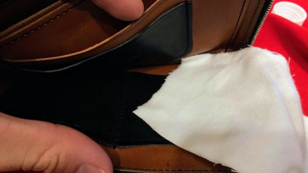 財布の中も拭く