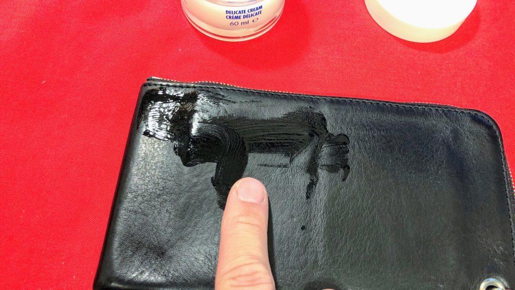 指でデリケートクリームを塗る