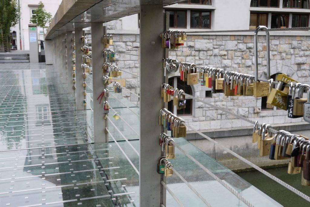 ガラス張りの橋