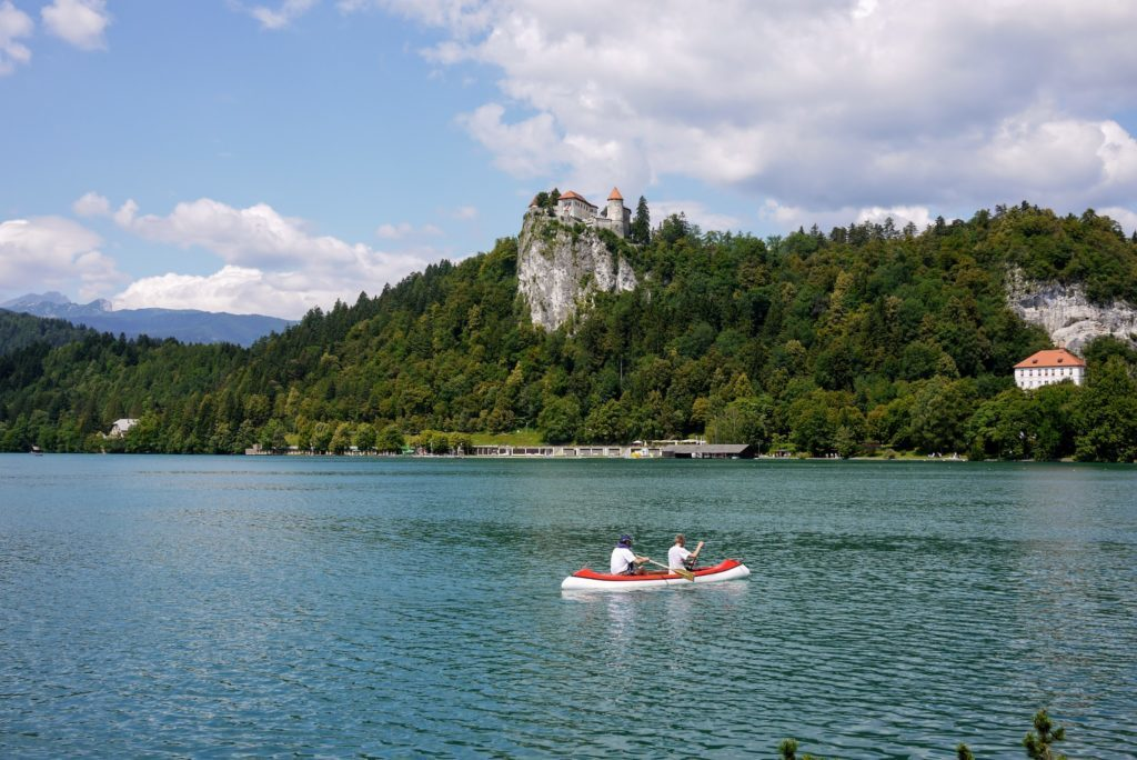 ブレッド湖でボートをこぐ人