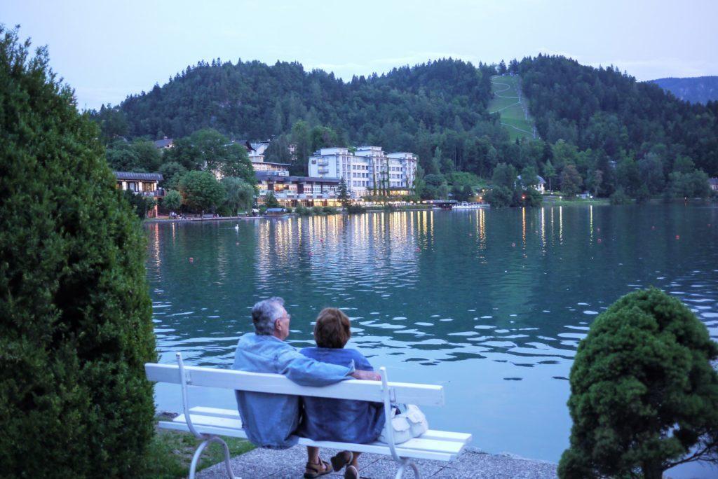 湖面をみる老夫婦