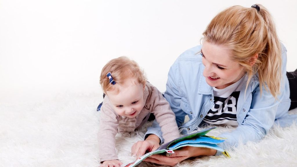 本を読み聞かせる母親