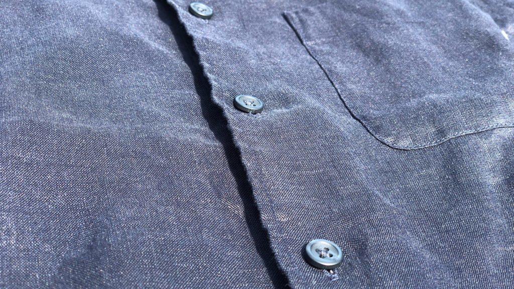 プレミアムリネンシャツのボタンフライ