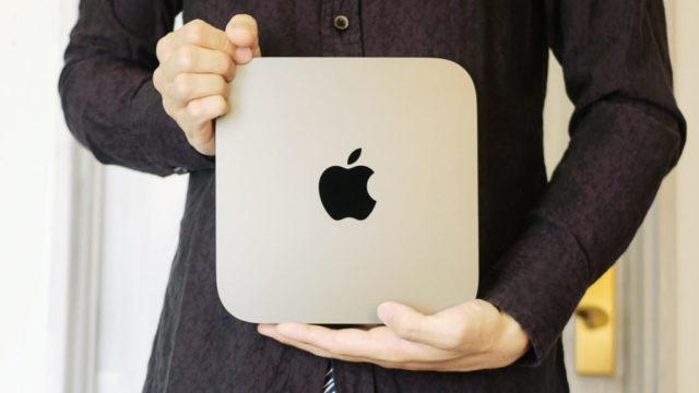 mac miniを両手で抱える