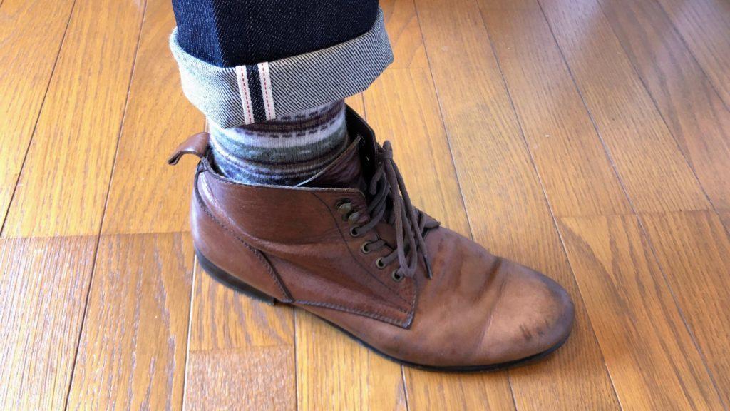 ブーツと合わせてロールアップしたユニクロのセルビッジデニム
