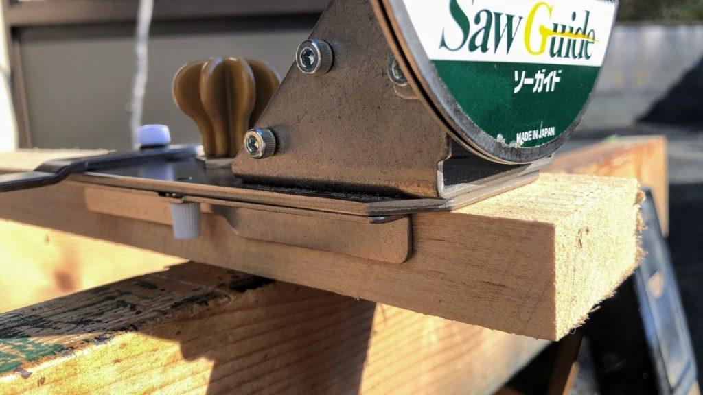 木材にソーガイドをセット