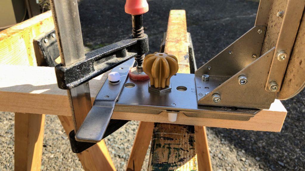 木材とソーガイドをクランプで固定