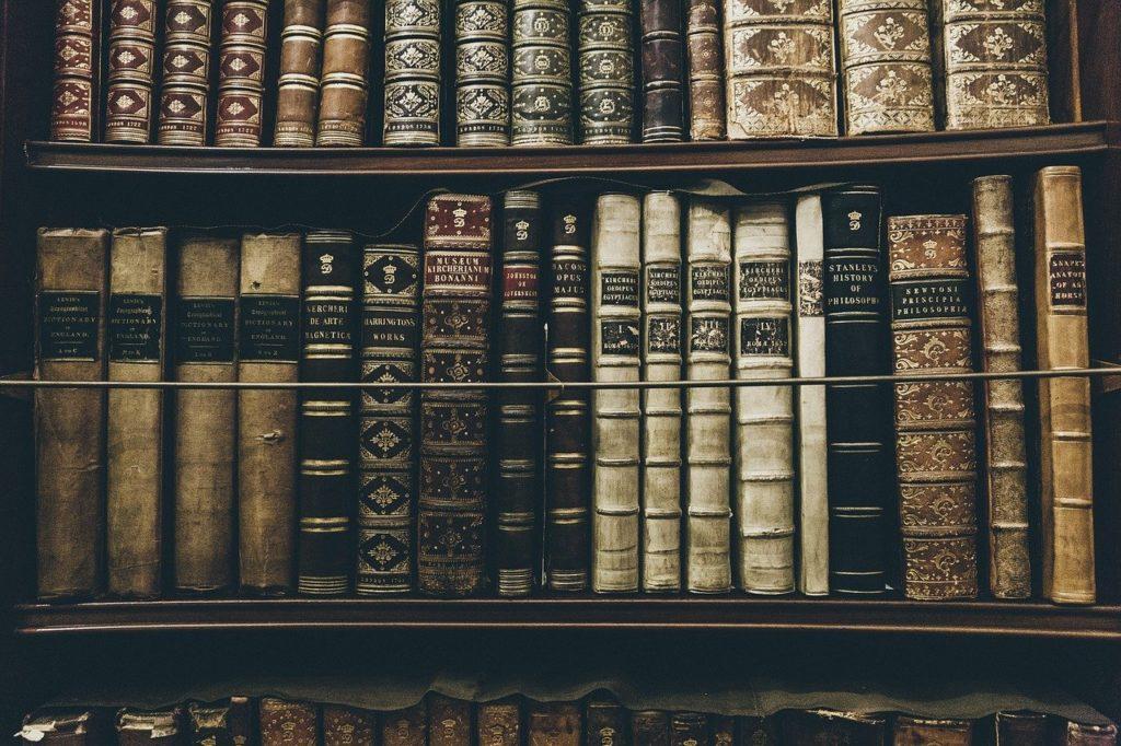 古書の詰まった本棚