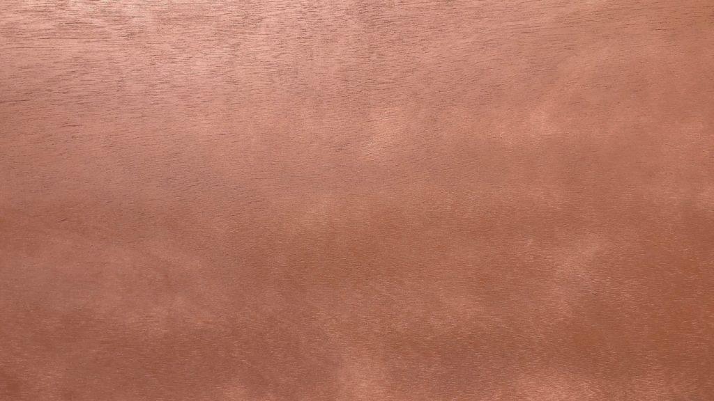 シマシマに塗装された合板