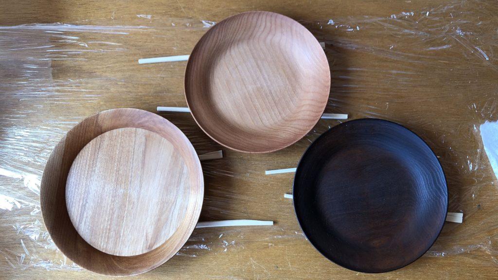 鉄煤染した皿とノーマルの皿