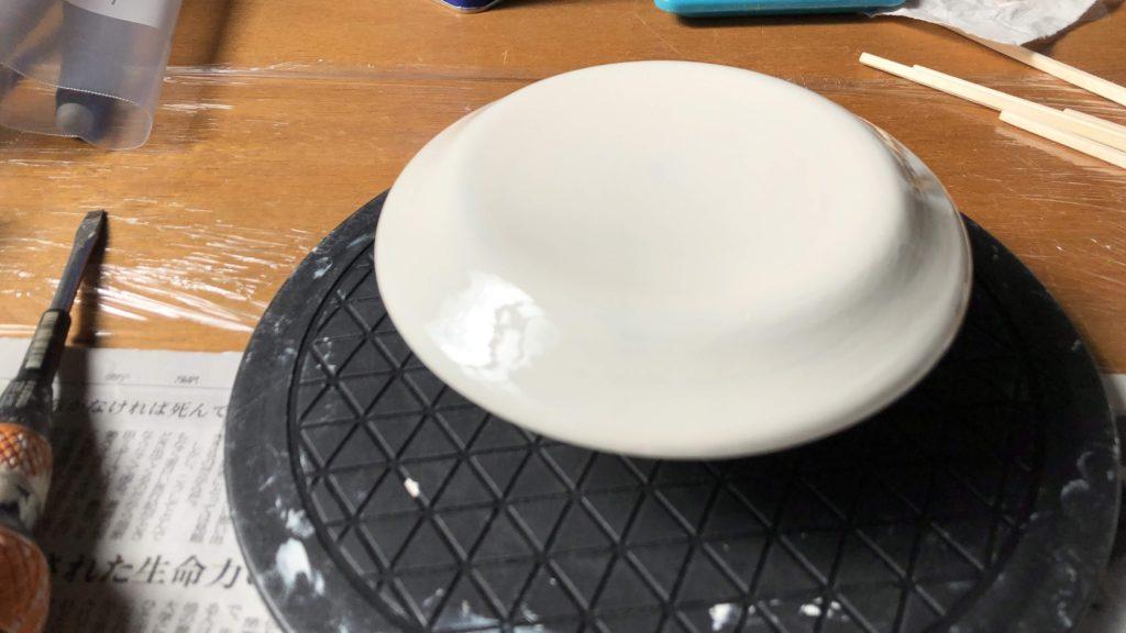 カシューを塗り終わった皿