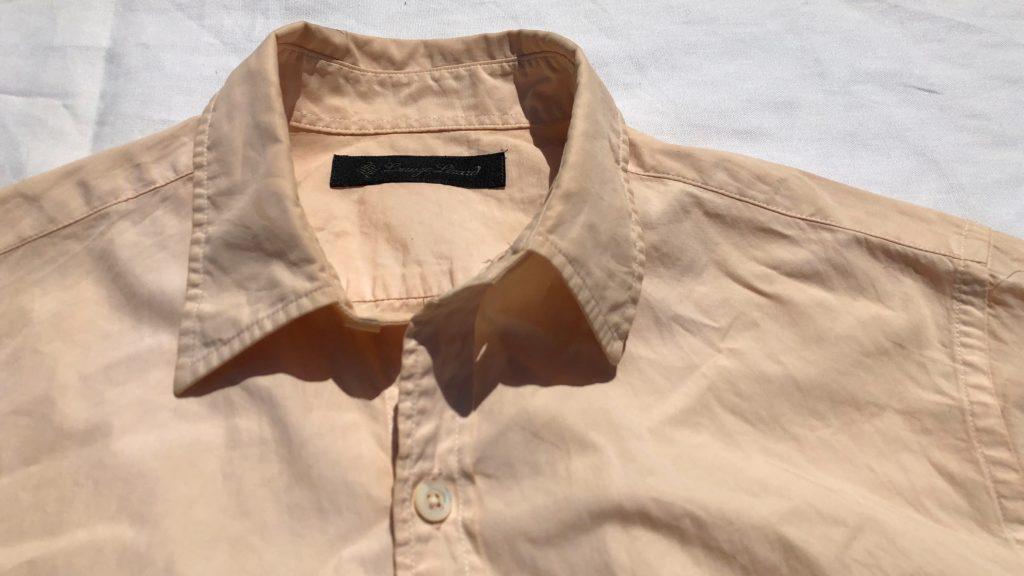 柿渋染めシャツの襟元