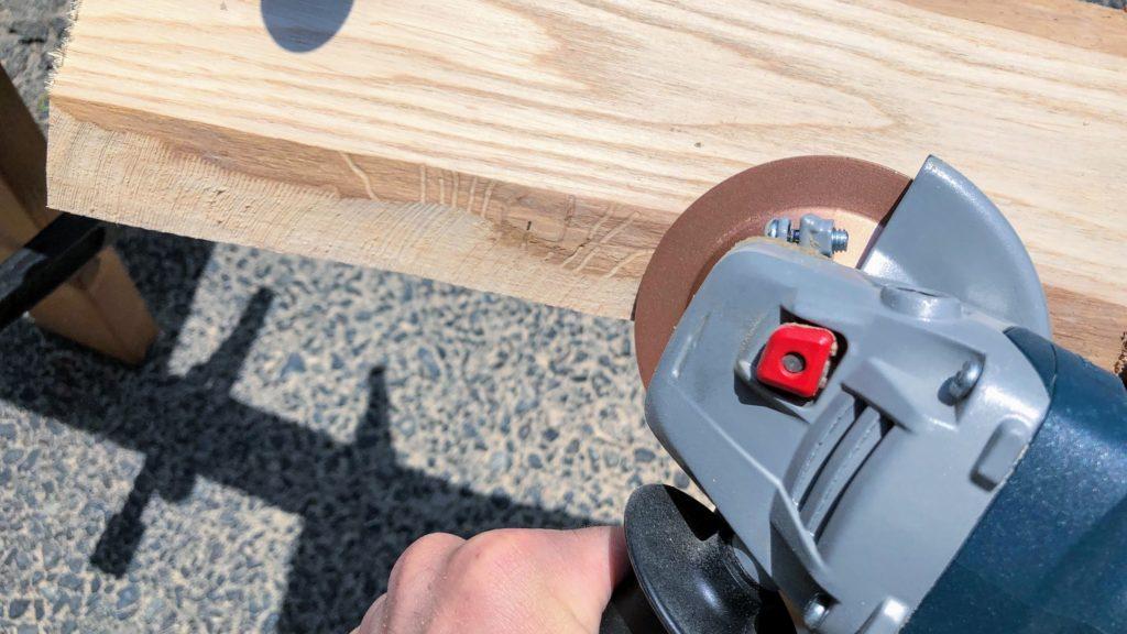 ディスクグラインダーで木材を削る