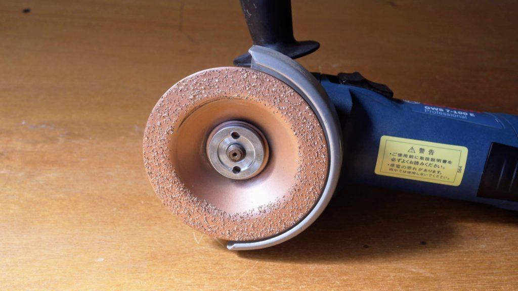 超硬カップホイール装着のディスクグラインダー