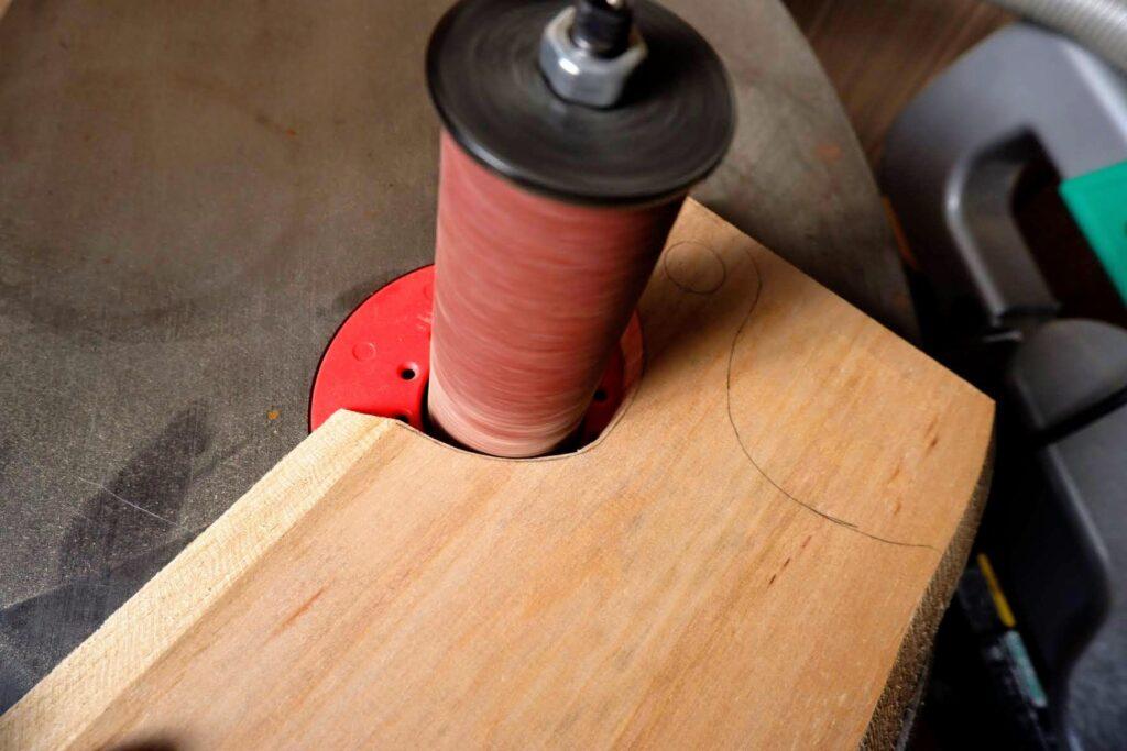 木材をスピンドルサンダーで研磨する
