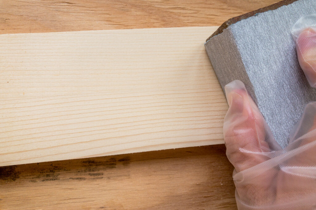 木材をサンディング