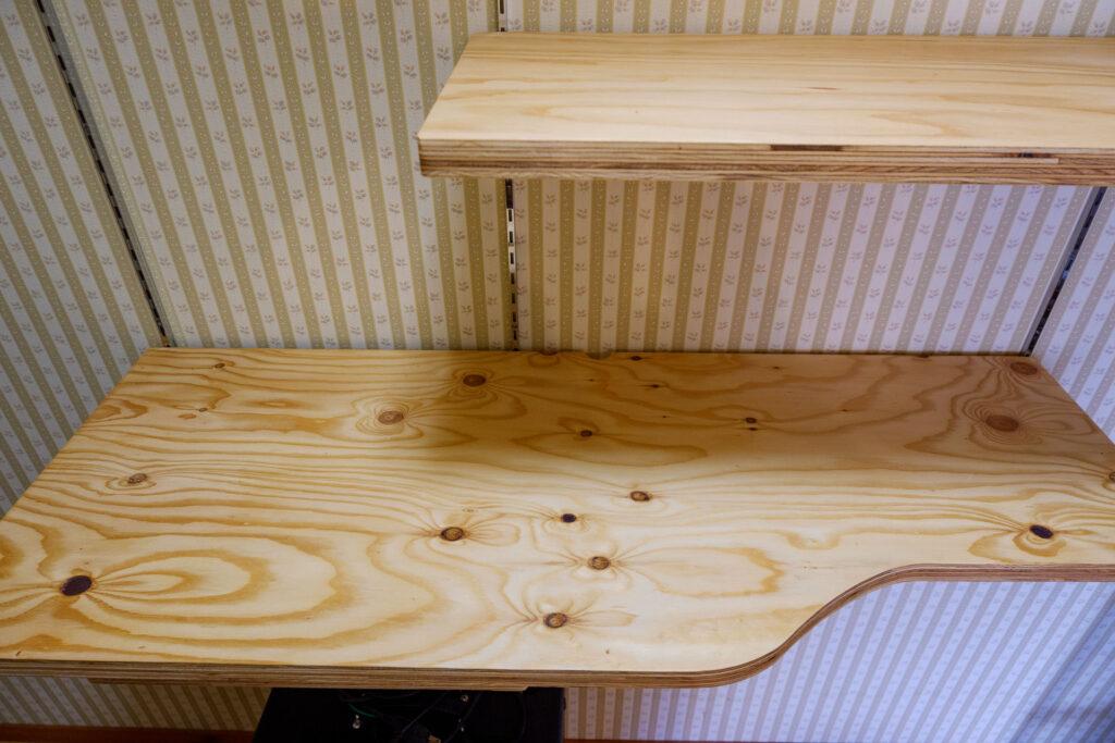 針葉樹合板で作った作り付けの棚