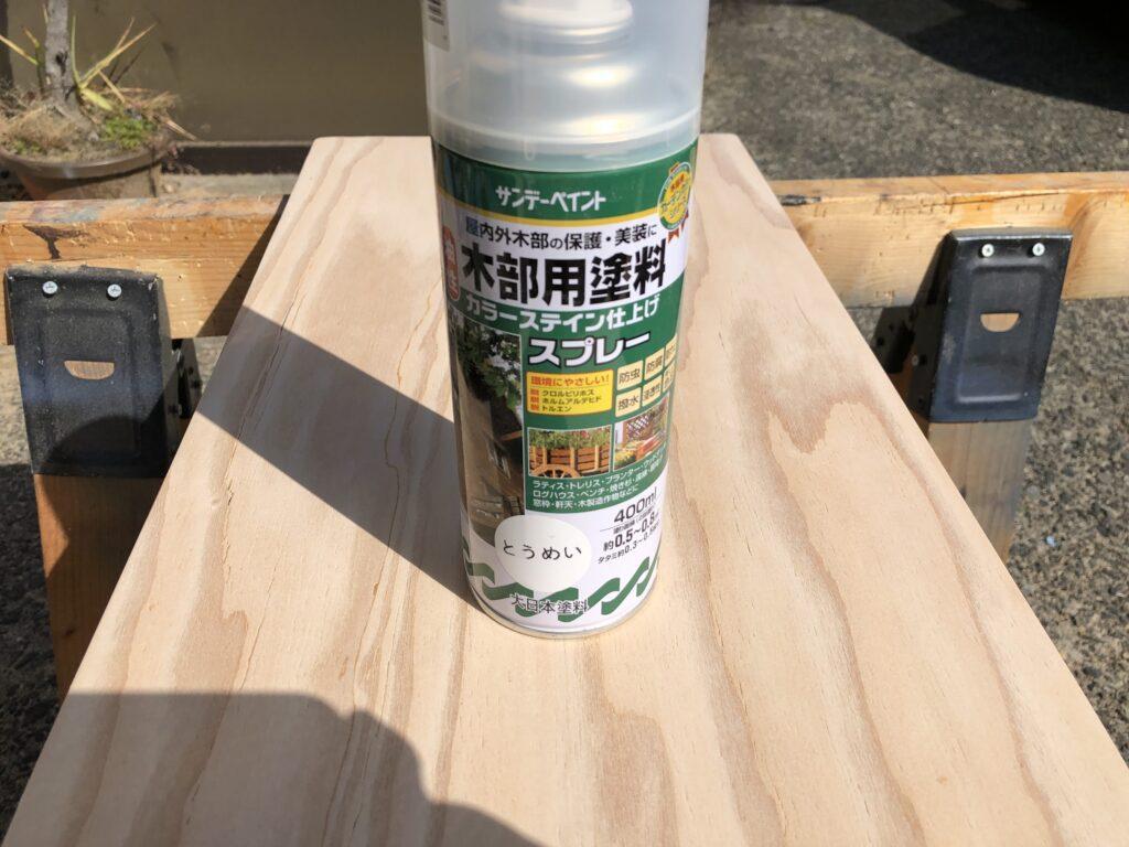 塗料スプレーと針葉樹合板