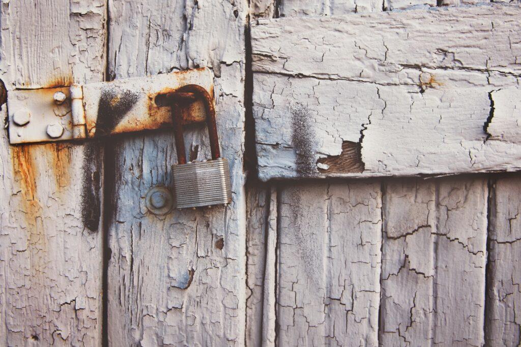 ひび割れたアンティークのドア