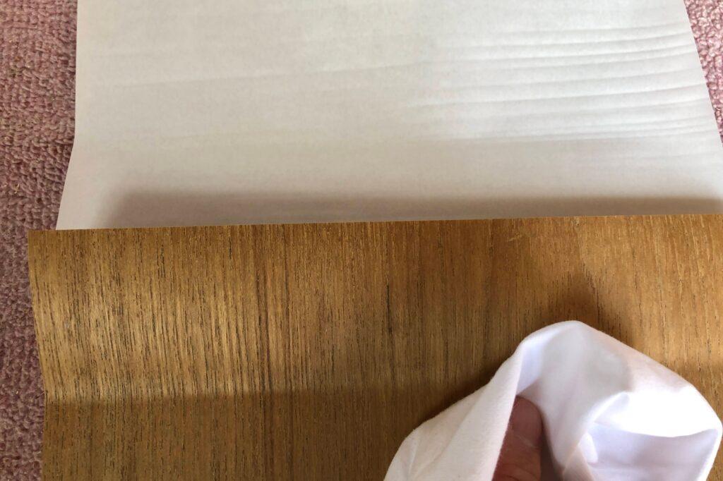少しずつ裏紙を剥がしながら貼る
