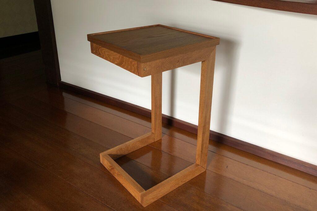 樹のシートの天板をつけたサイドテーブル